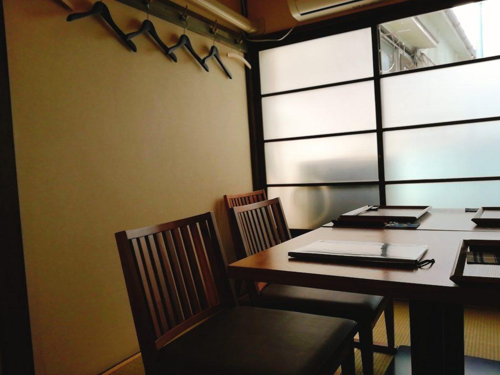 2階は畳敷きの和室にテーブルが2脚