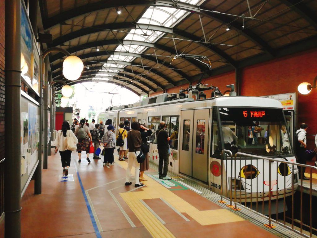 世田谷線三軒茶屋駅構内 まねき猫電車