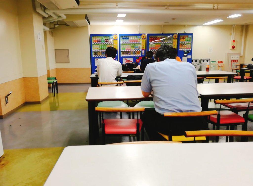 国士舘大学学食「精養堂」のテーブル席