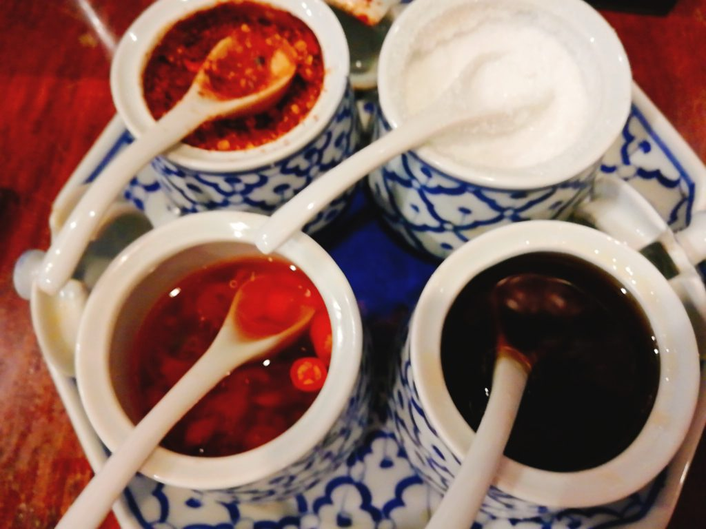 タイのレストランでは定番の調味料4種類(ナンプラー、砂糖、酢、粉唐辛子)