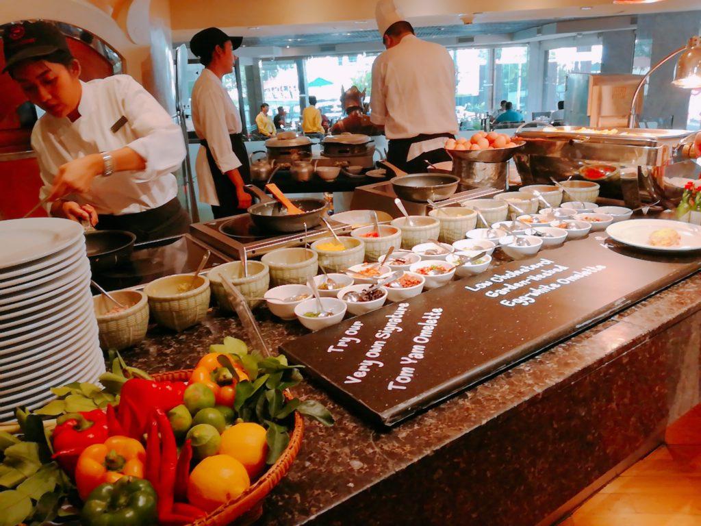 バンコクロイヤルオーキッドシェラトンの朝食バイキングのライブキッチン