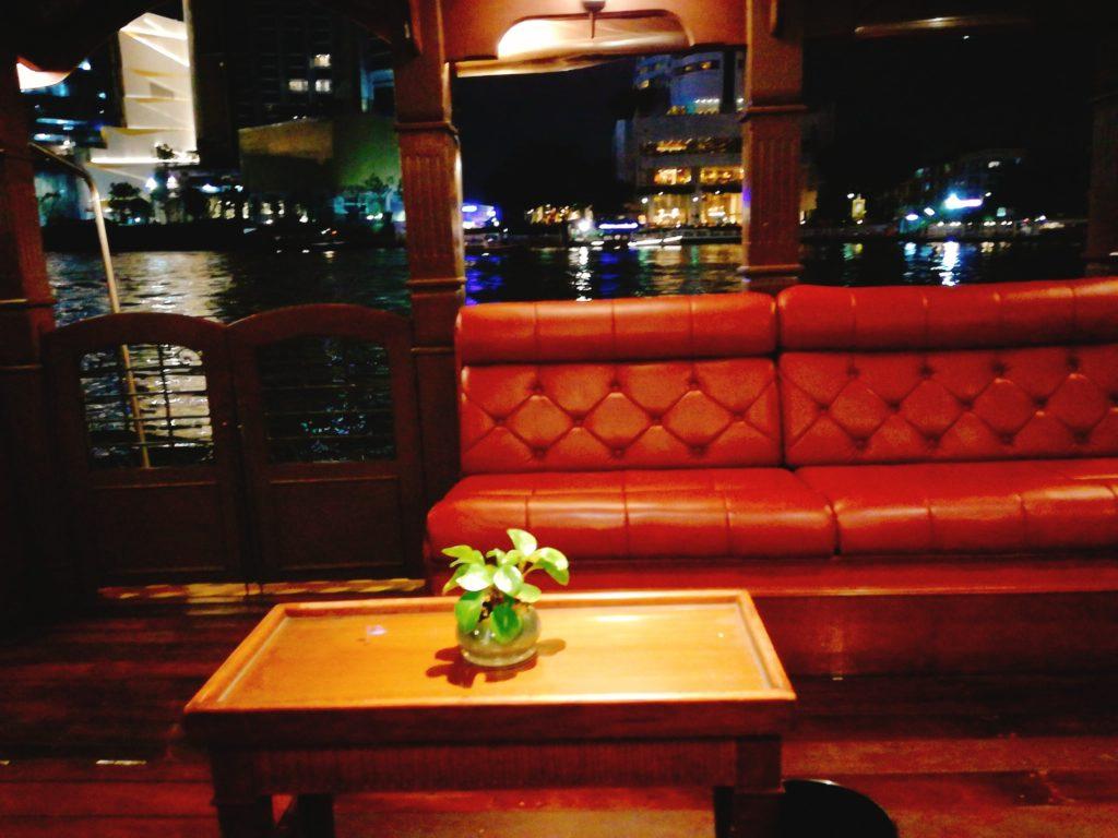 バンコクロイヤル・オーキッド・シェラトンの専用ボートの船内
