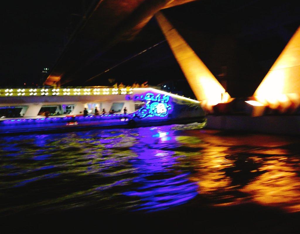 バンコクロイヤル・オーキッド・シェラトンのボートから見る夜景