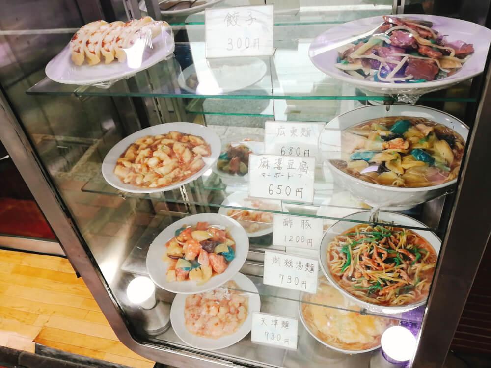 栄来軒のガラスショーケースの食品サンプル