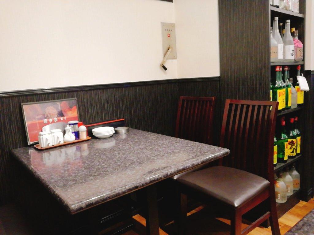 品香園のテーブル席