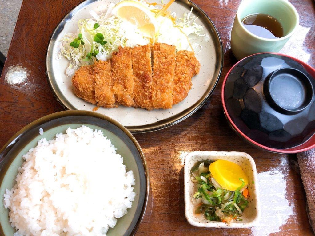 とんかつ川善のロースかつ定食はオシンコに味噌汁付き