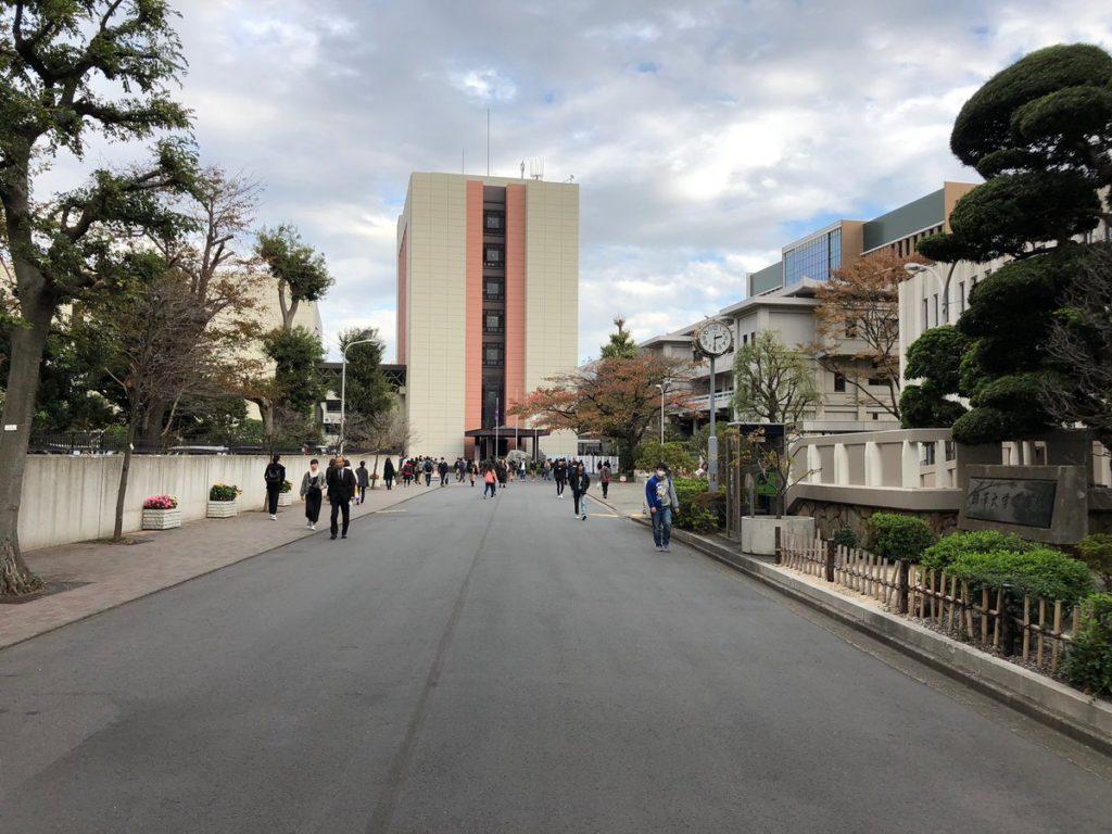 駒澤大学の入り口