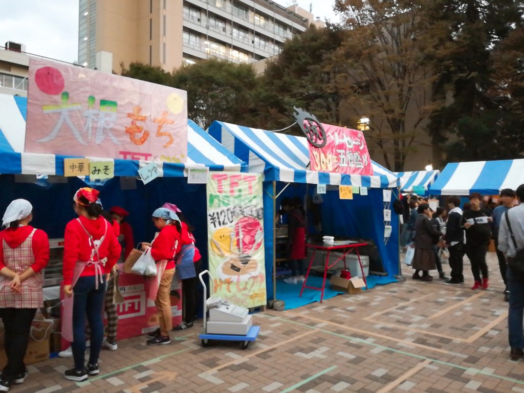 東京農業大学収穫祭の模擬店コーナー