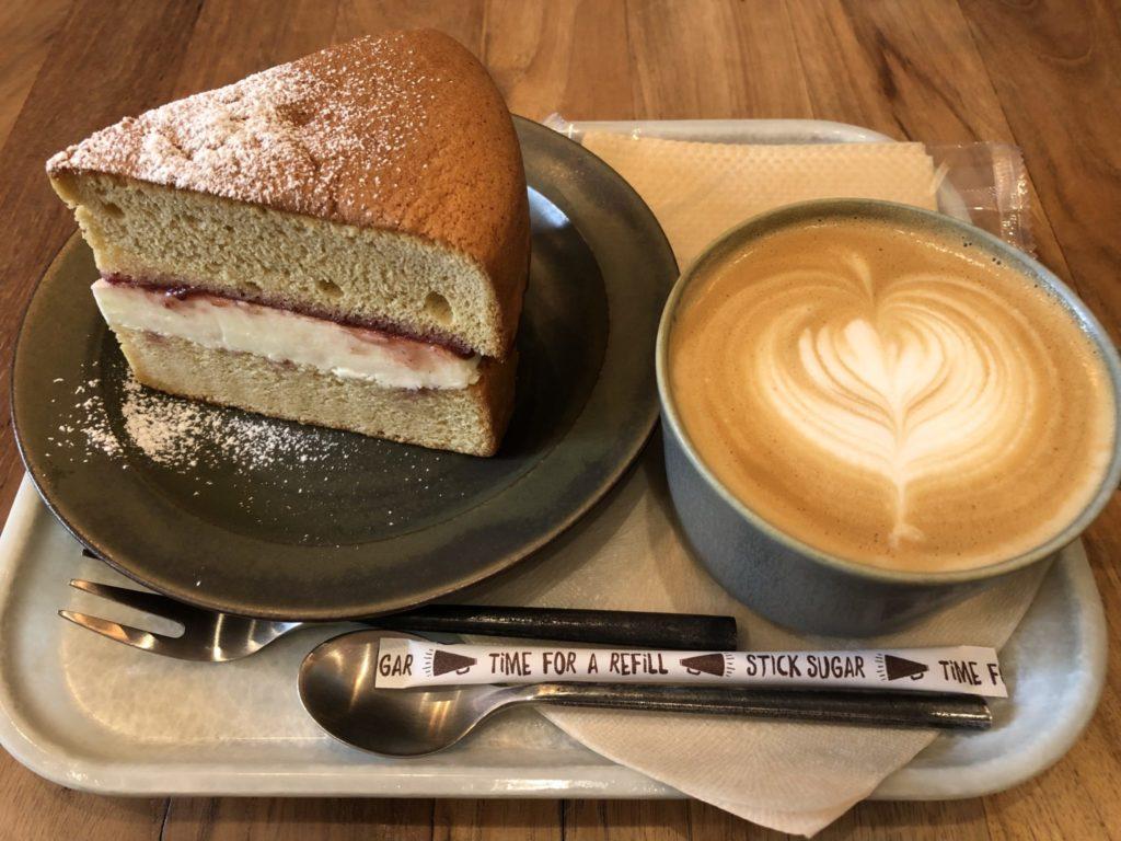 ブリックレーンのケーキとカフェラテ