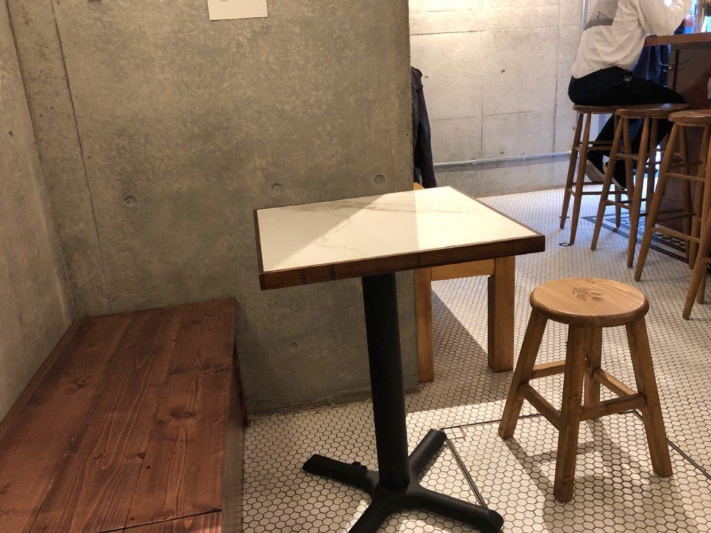 バイアンドバイのテーブル席