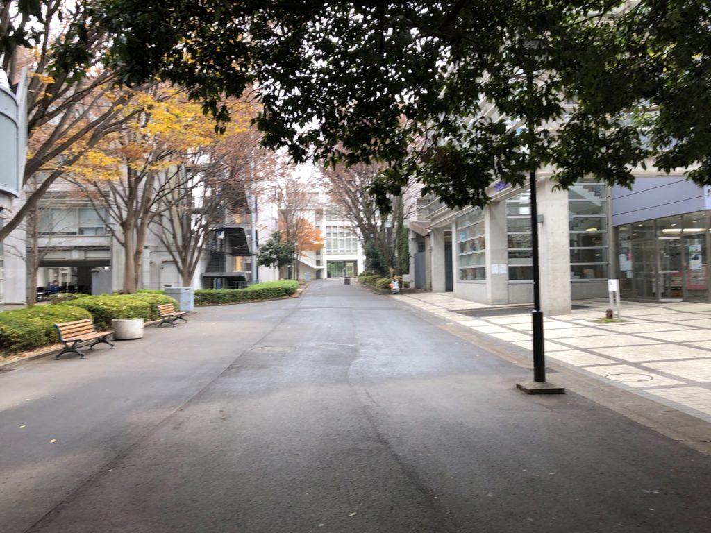 明治大学生田キャンパス学食めん処のある32号館前の道。