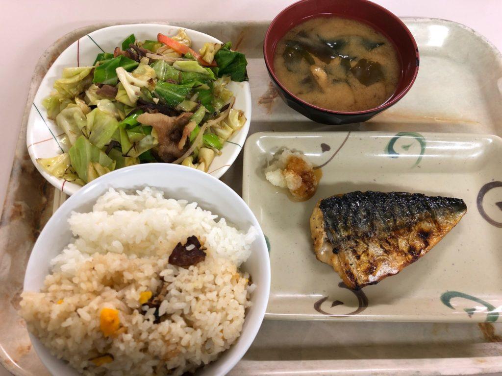 国士舘大学のアンブランの魚と野菜定食