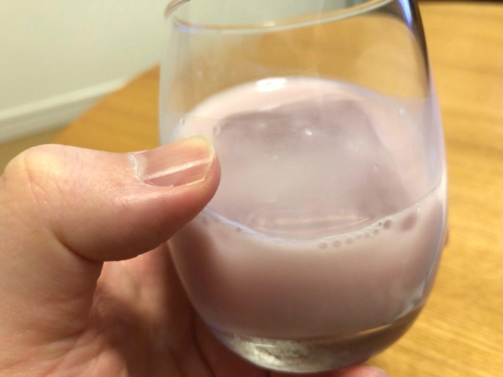 ヤスダヨーグルト のお酒モウモウブルーベリー味をロックで飲んでみた