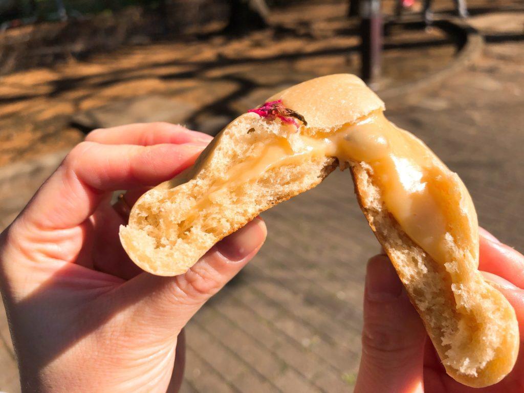 桜クリームパンはクリームがたっぷり