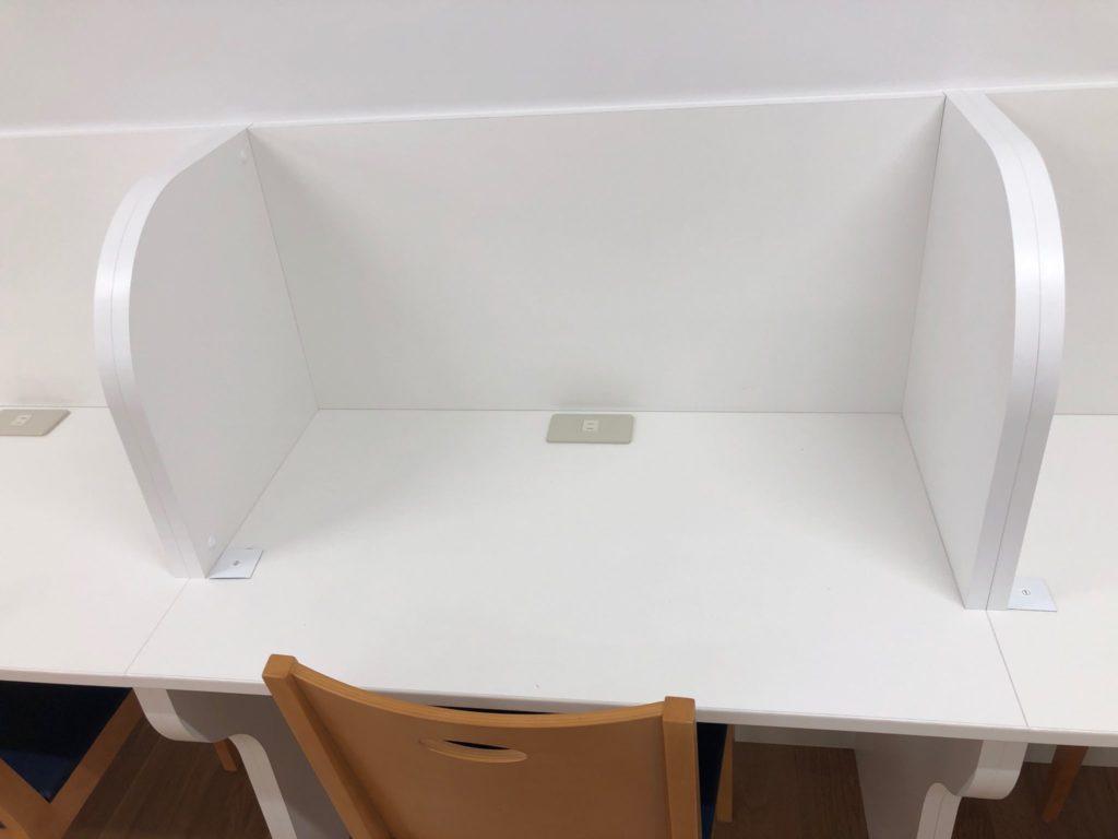 希望丘青少年交流センター学習室の机にはコンセントあり