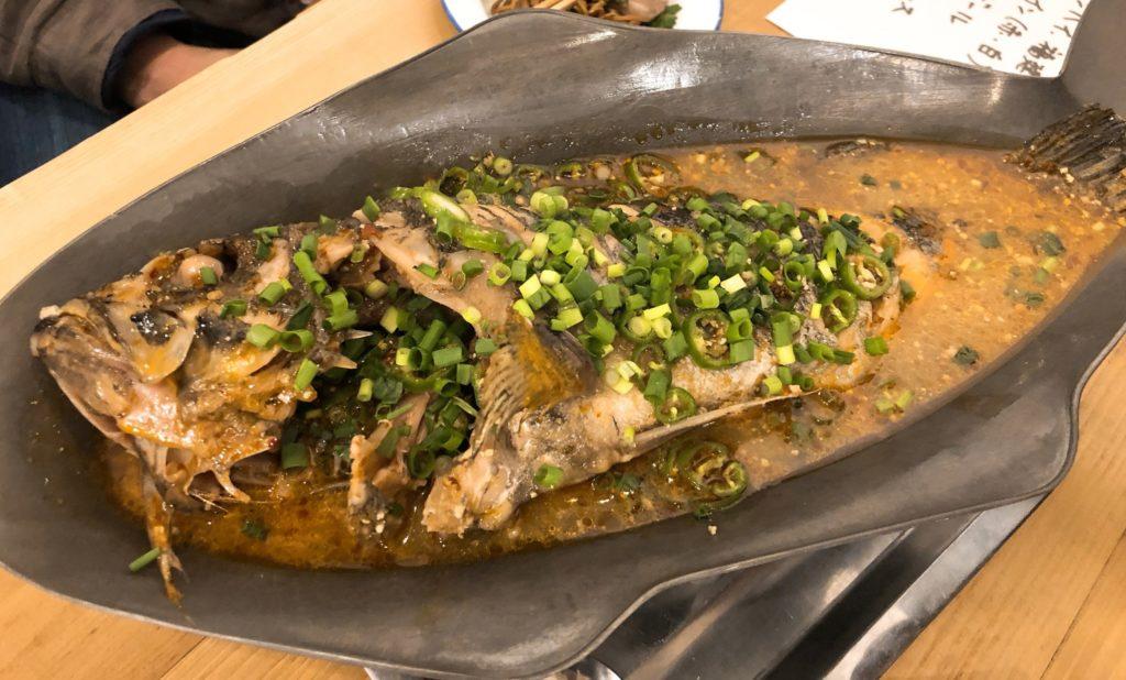 「香辣魚」(季節の白身魚の香辣蒸し)