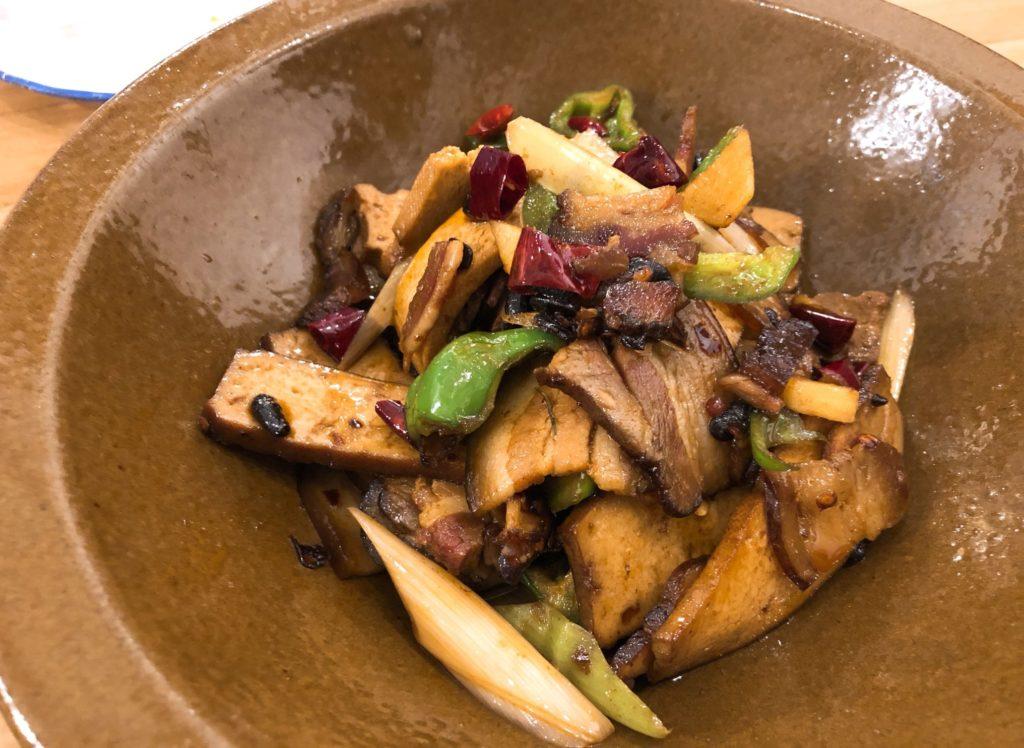 豚三枚肉の燻製と自家製発酵豆腐の炒めもの