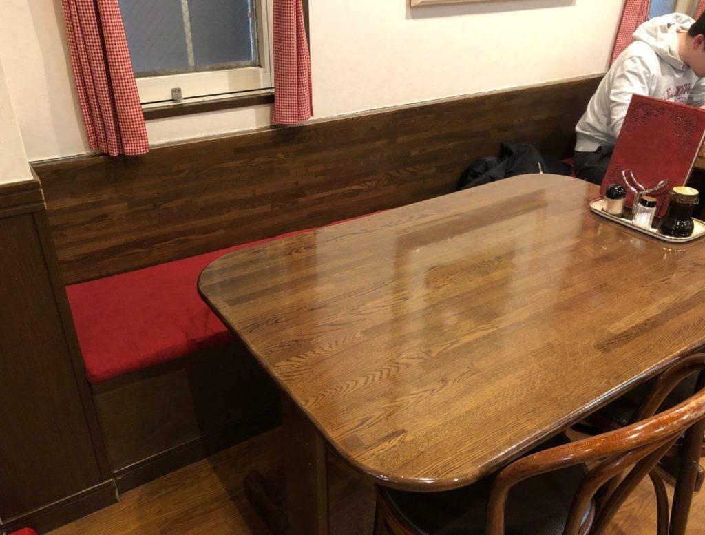 1階テーブル席の雰囲気