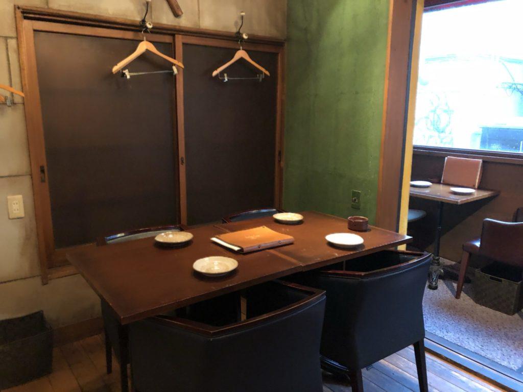 炉とマタギ1階テーブル席