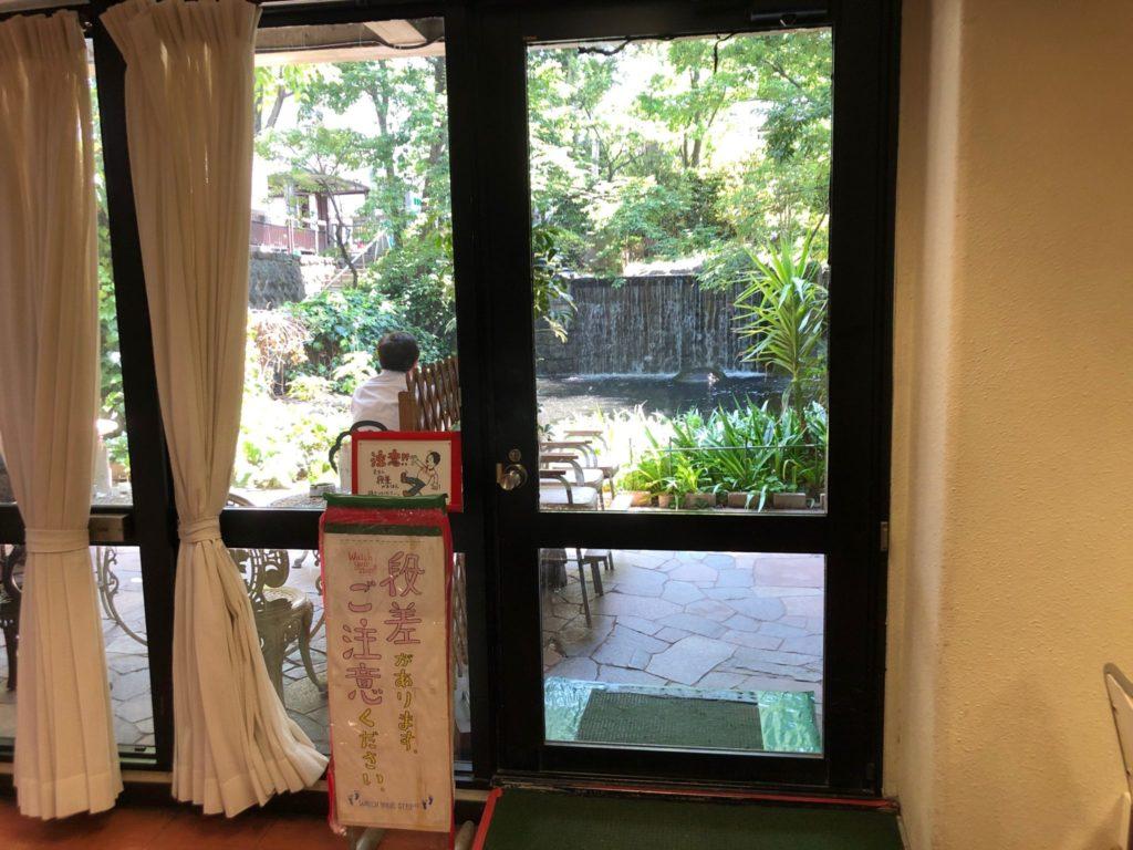 レストランけやきのテラス席に通じるドア