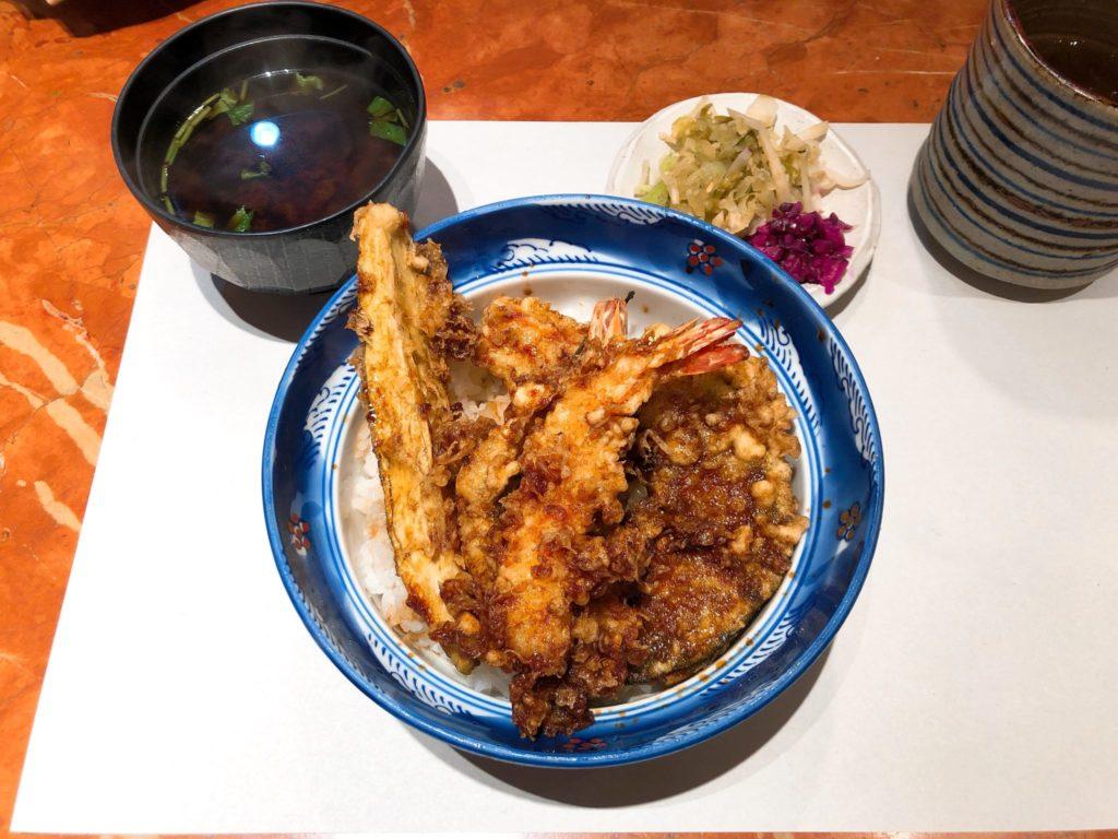 天冨良 かんのの天丼ランチは赤出汁と漬物付き
