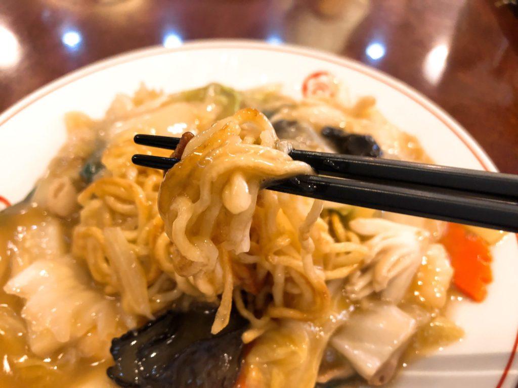 梅江飯店の五目焼きそばは麺が半揚げでいい感じ