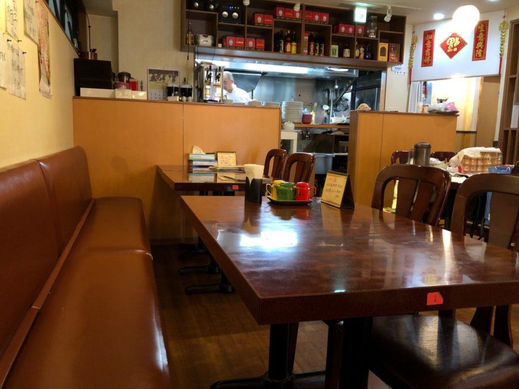 梅江飯店のテーブル席