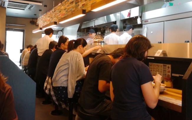 サバ6(さばろく)製麺所 成城学園前店の店内の様子