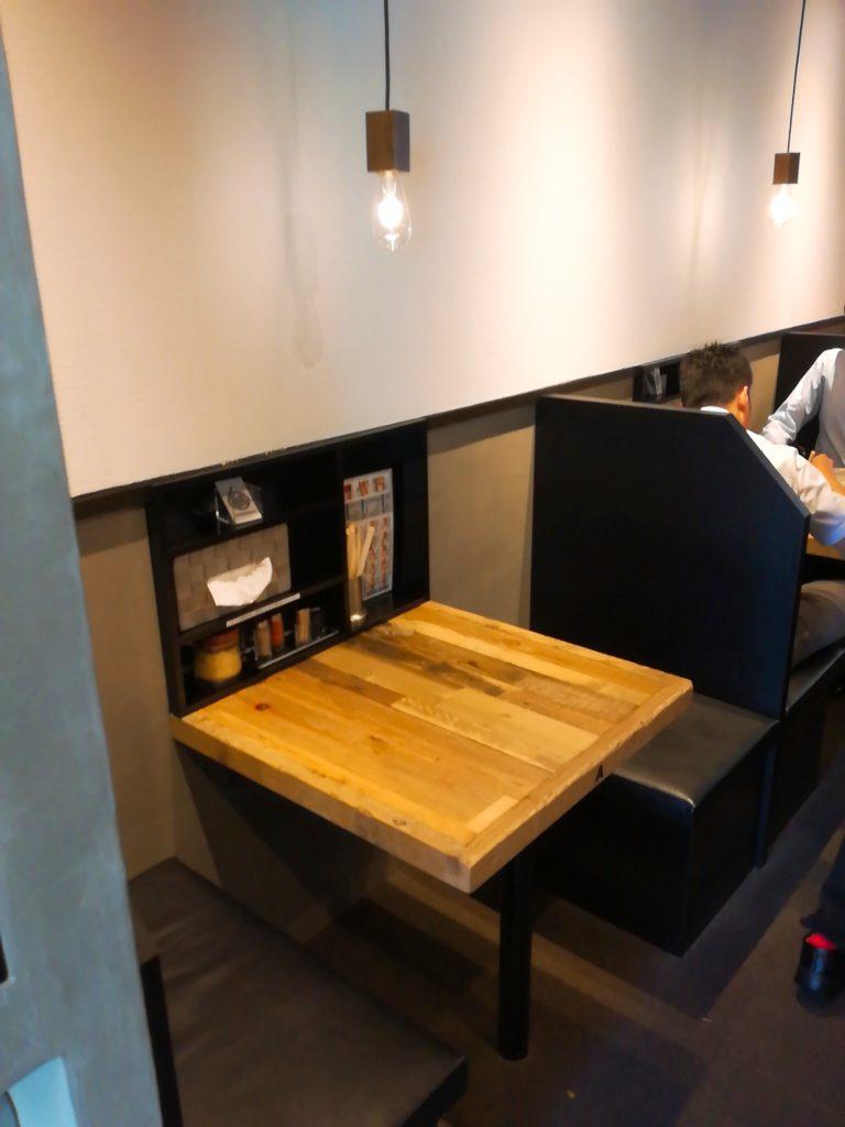 サバ6(さばろく)製麺所 成城学園前店のテーブル席