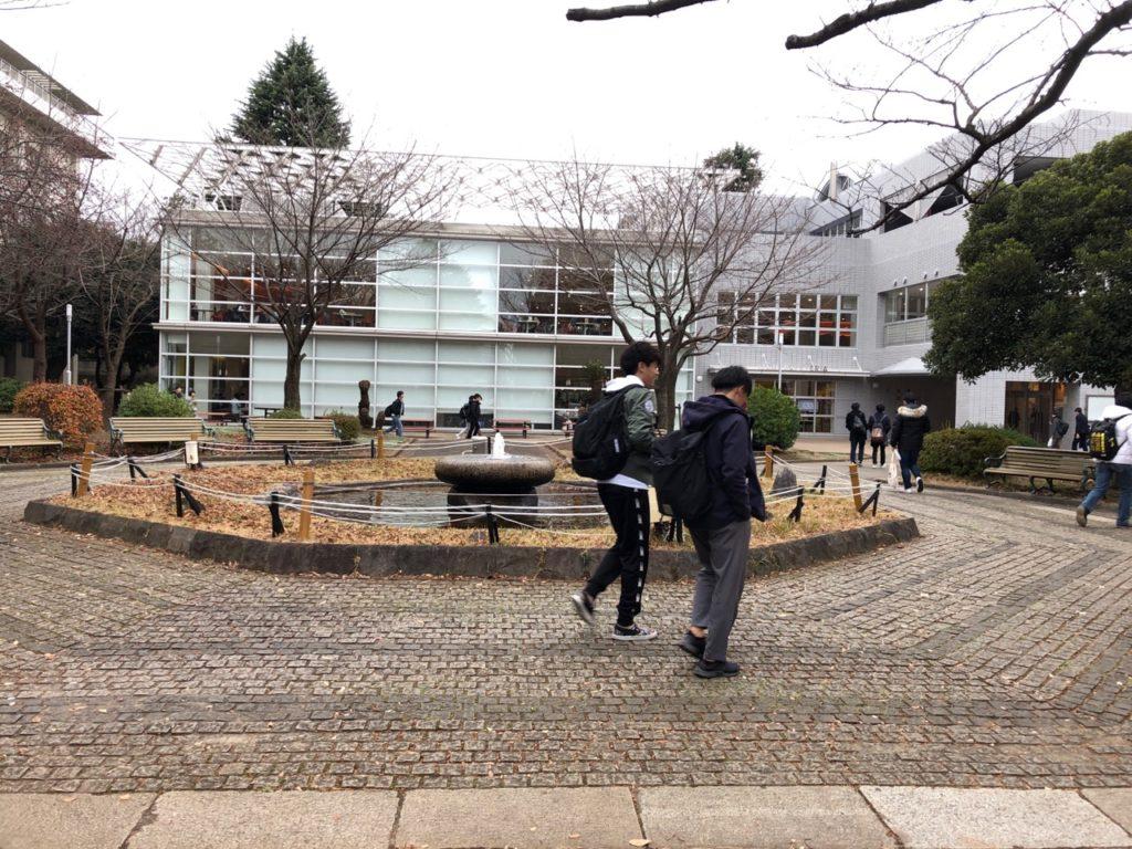 明治大学和泉キャンパスの学食の外観