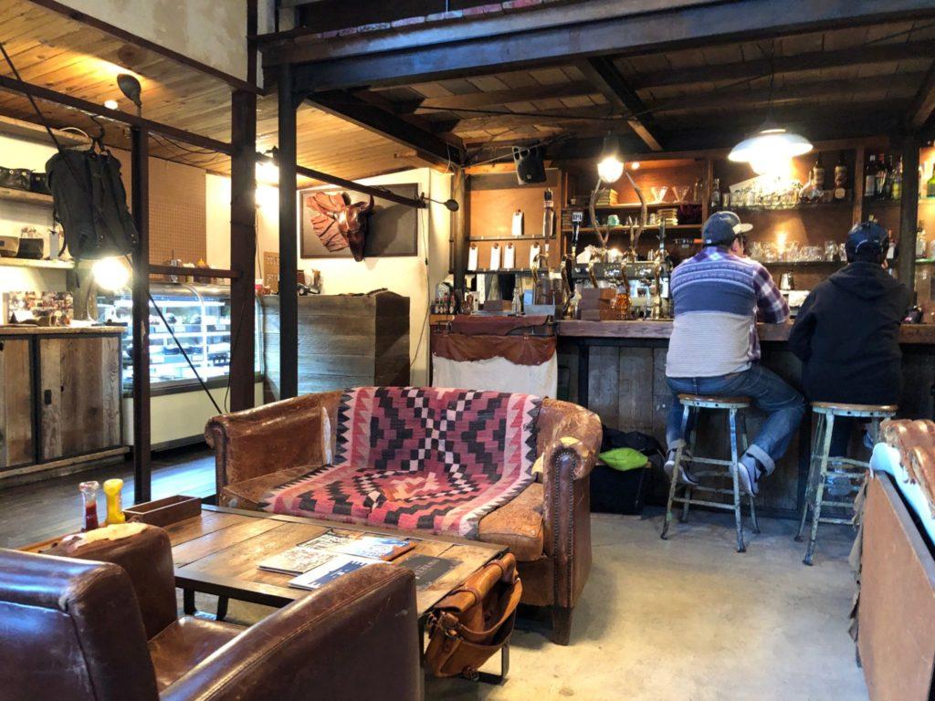 ソウルツリー(Cafe Soul Tree)二子玉川の店内にはバーカウンターやソファーがある