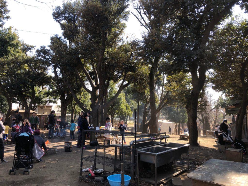 羽根木公園にある日本で初の羽根木プレーパークの様子