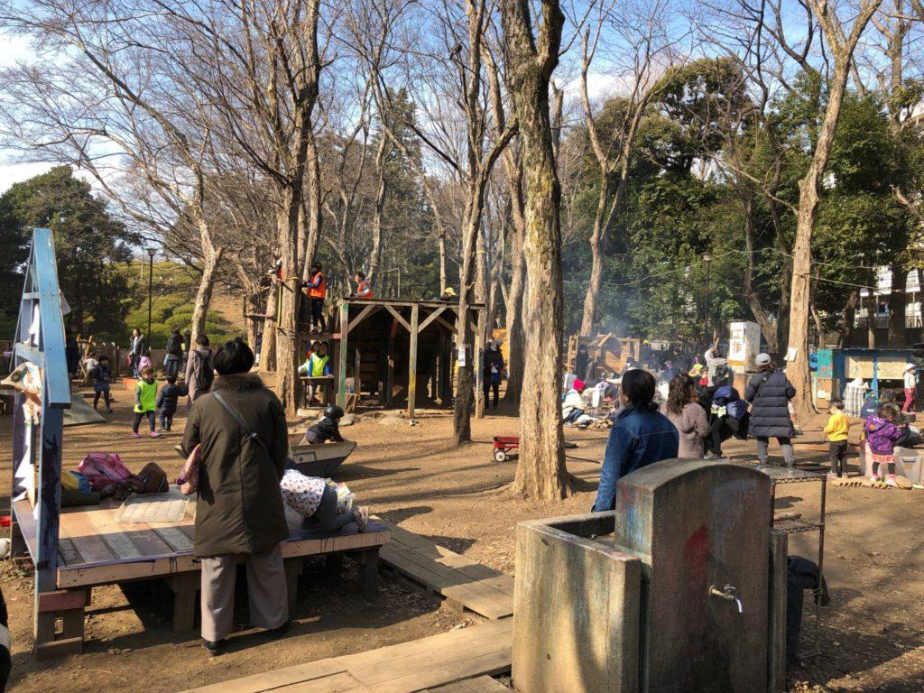 世田谷公園の世田谷プレーパークで遊ぶ子どもたち