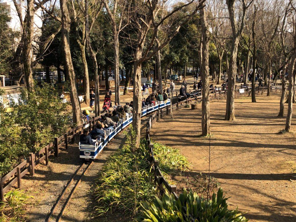 世田谷公園のミニSLは森の中を通る