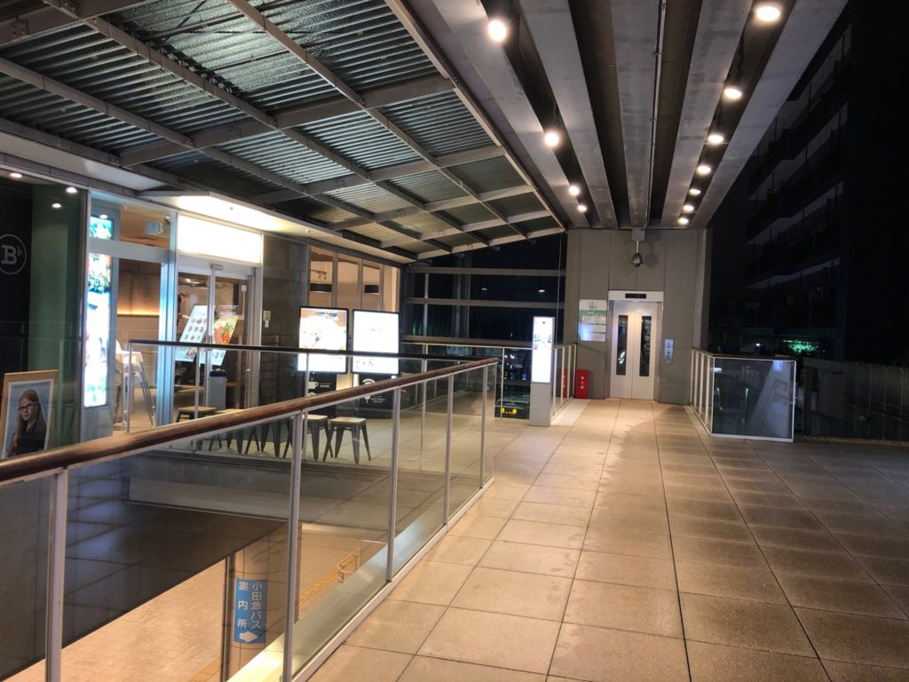 H.Q CAFE 成城店 (ヘッドクォーターズ カフェ)は成城コルティの2階