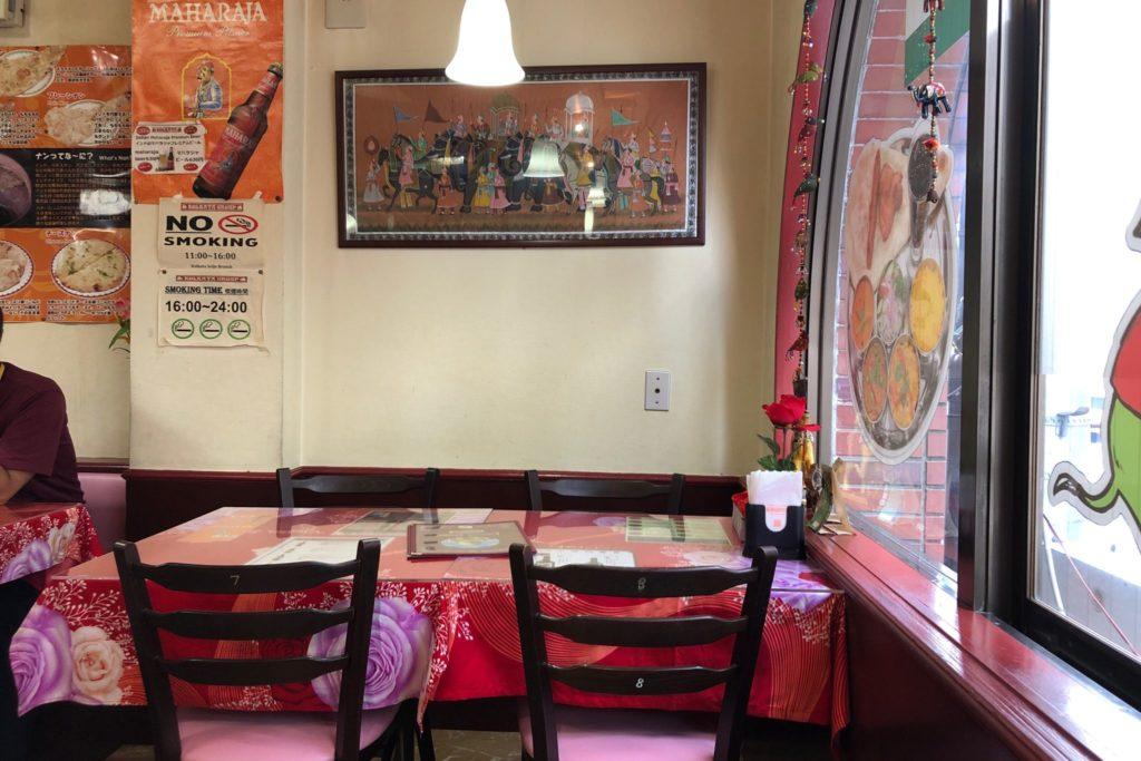 """インドレストラン""""コルカタ""""成城店のテーブル席"""