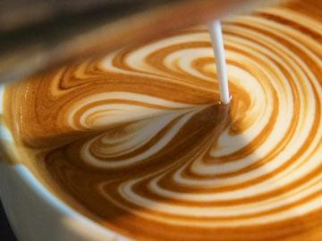 アップライトカフェのバリスタが作るラテ