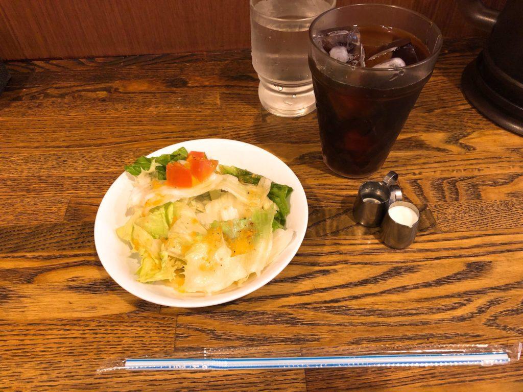 ヒポポタマスのランチはサラダとドリンク付き