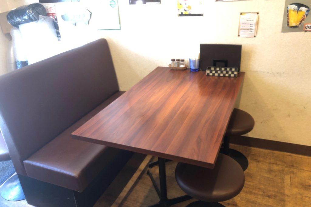 ヒポポタマスのテーブル席