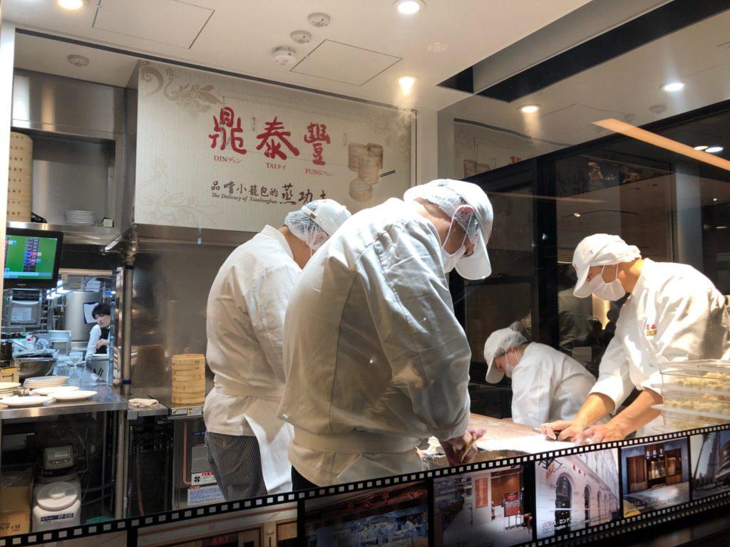 ディンタイフォン(鼎泰豊)渋谷スクランブルスクエア店の職人がショウロンポウを作る様子