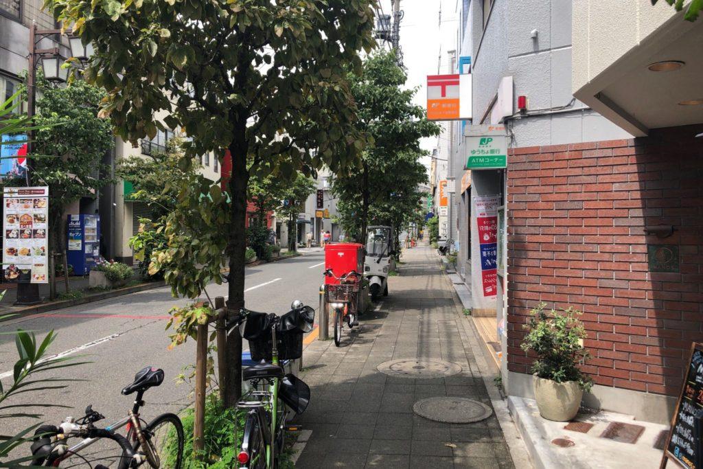 MANOS(マノス)は世田谷太子堂郵便局の隣にある