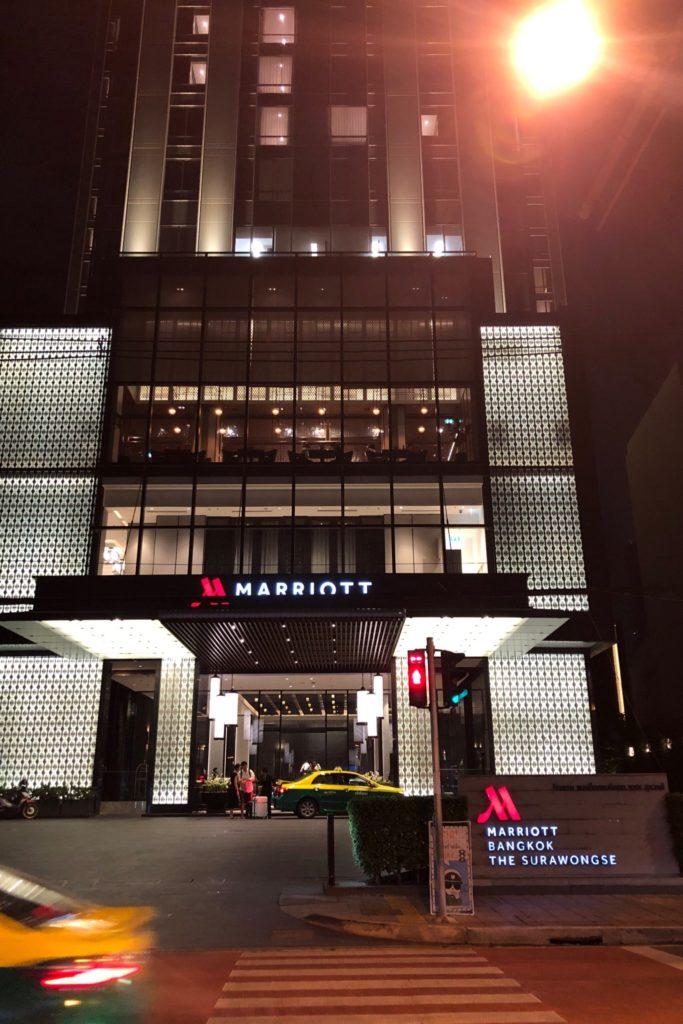 ヤオはバンコク・マリオット・ホテル・ザ・スリウォンの屋上にあるルーフトップバー