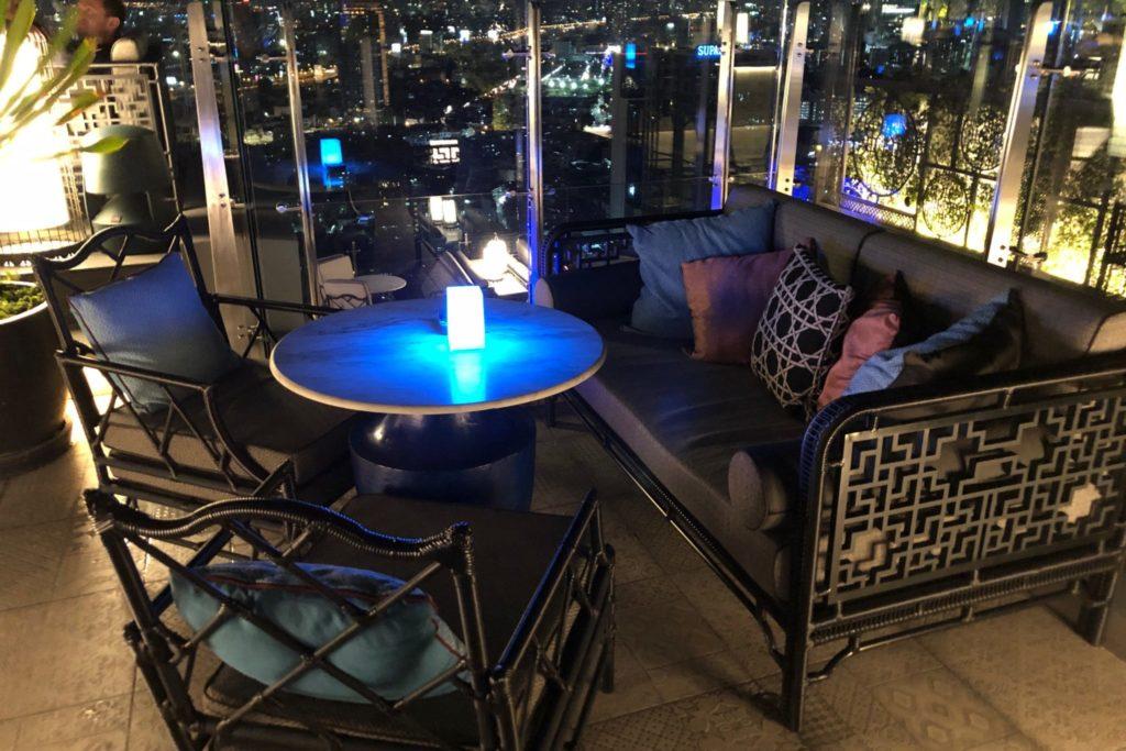 バンコク・マリオット・ホテル・ザ・スリウォンの屋上にあるルーフトップバー「ヤオ」のソファー席