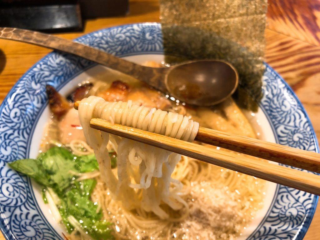 鶏そば そるとの麺は細麺の全粒粉麺