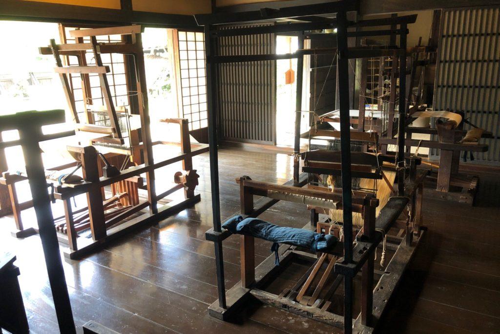 次大夫堀公園民家園の旧秋山家住宅土蔵のはた織り機