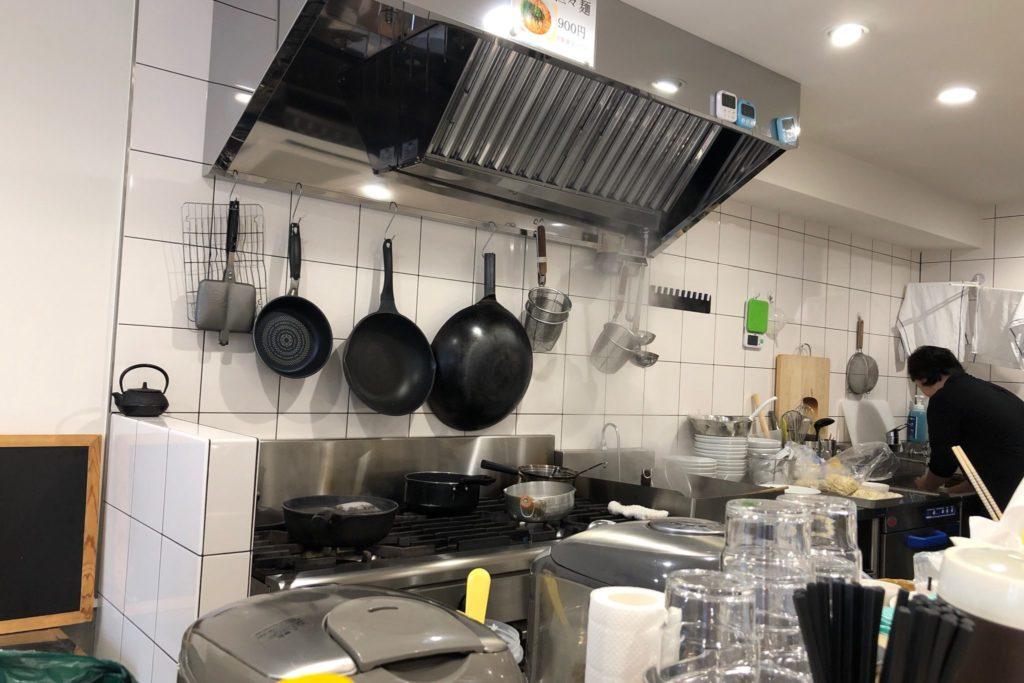 汁なし担々麺 ここから 三軒茶屋は厨房もきれい
