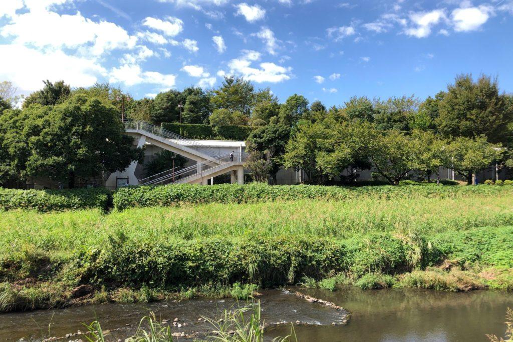 きたみふれあい広場は野川沿い小田急線車庫の上にある