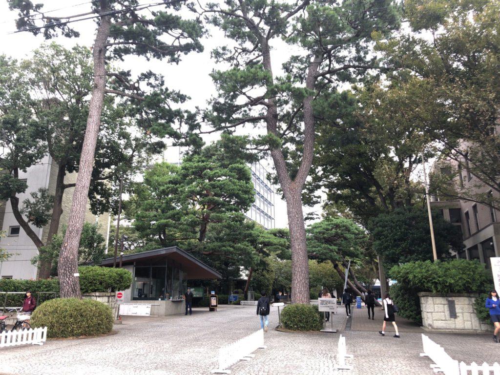 成城大学の正門