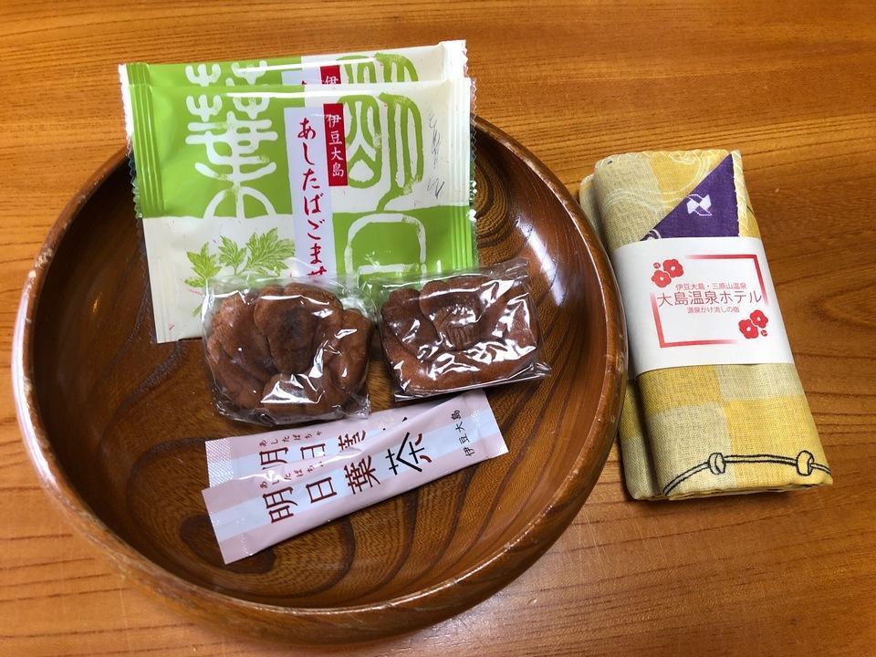 大島温泉ホテルの明日葉茶とまんじゅう