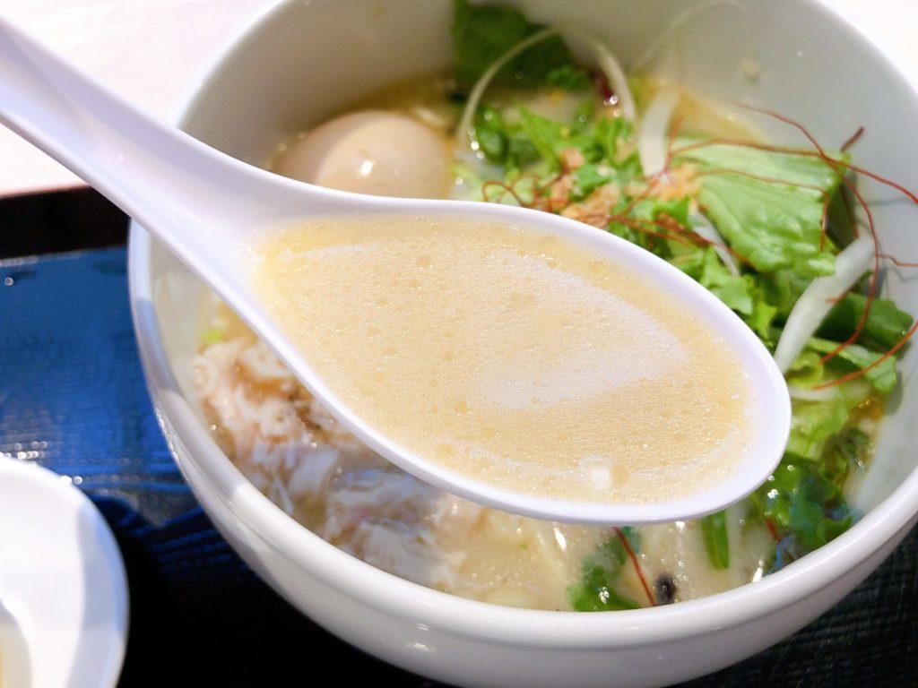 蔭山樓 南町田グランベリーパーク店の鶏白湯麺スープ